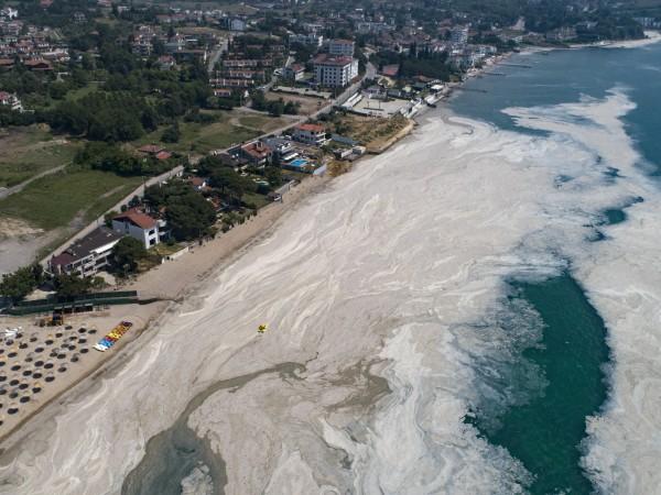 От месеци части от турското Мраморно море са покрити от