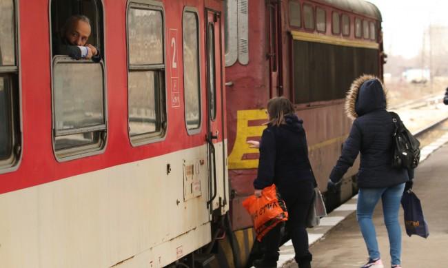 Пуснаха движението на влаковете през Белово