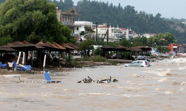 Силно наводнение в района на Солун взе жертва