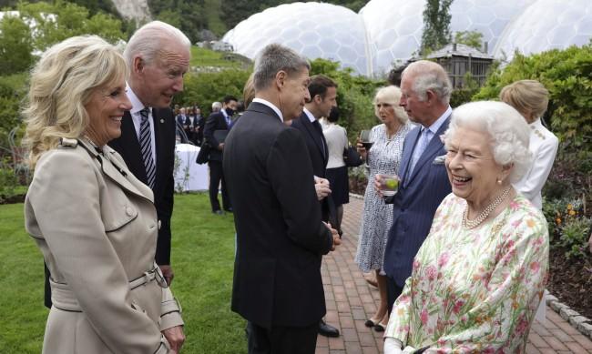 Байдън и съпругата му нарушиха протокола на срещата на  Г-7