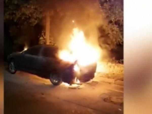 Неизвестни лица са запалили автомобила на учител от Разлог. Само