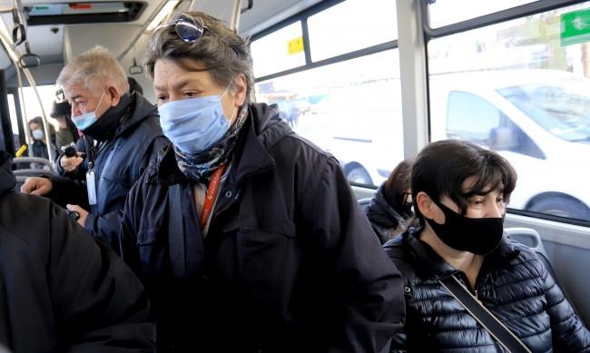 Лекар: Маските са проблемни, затрудняват дишането!
