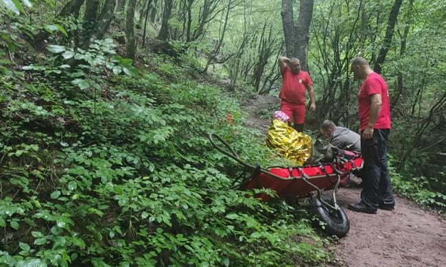 В кал и дъжд: Свалиха жена с ранен глезен от екопътека