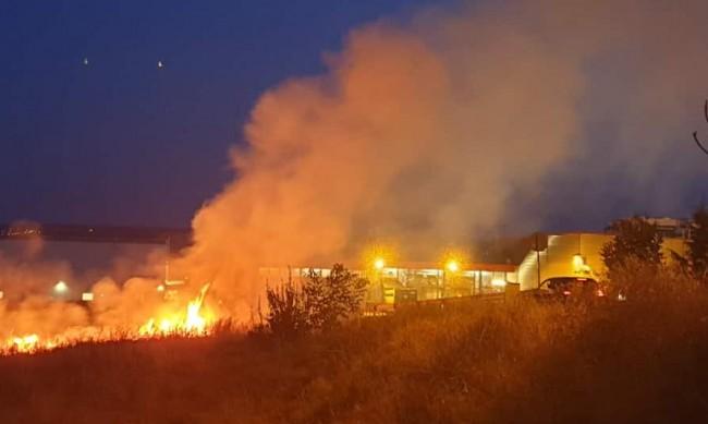 Пожар изпепели техника в базата на земеделска кооперация в Бяла