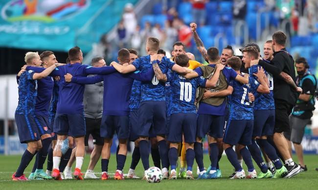 Словакия надви Полша с 2:1 след автогол на Войчех Шчесни