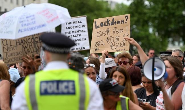 Британци протестираха заради удължаването на локдауна