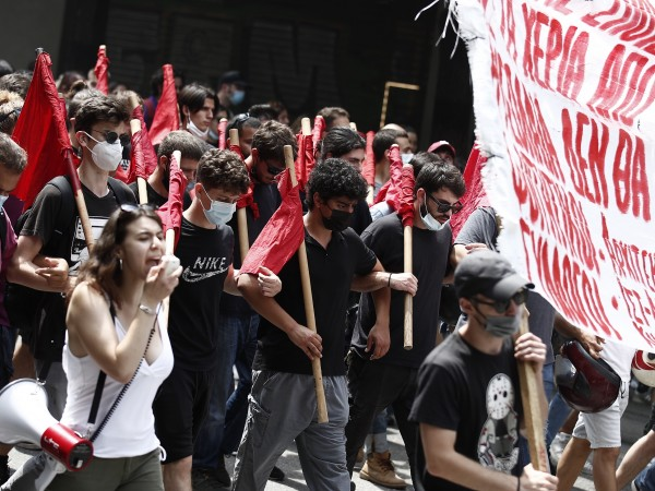 Гръцките синдикати протестират преди окончателното гласуване на спорен закон с