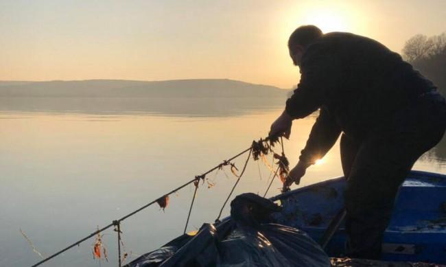 За месец във Варна извадиха 3 км бракониерски мрежи