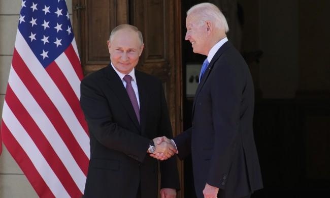 Байдън и Путин си стиснаха ръцете преди началото на срещата си