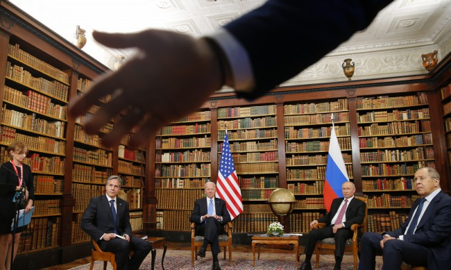 Сблъсък между журналисти и охрана на срещата между Путин и Байдън