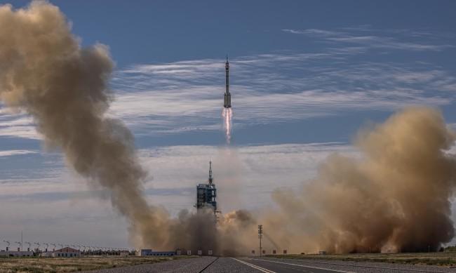 Китай изпрати тайконавти до новата си космическа станция