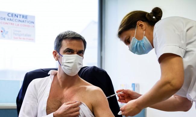 Защо мъжете политици си свалят ризата при ваксинация срещу COVID-19?