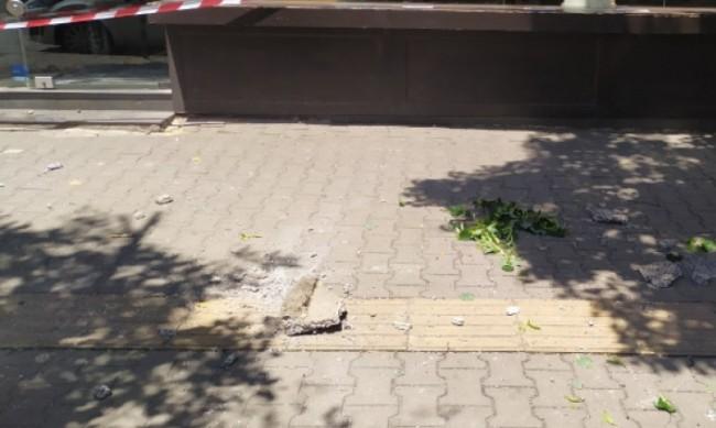 Парче от фасада падна на спирката на пл. Македония в София