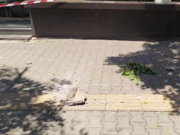 """Отломка от фасада на сграда падна на площад """"Македония"""" в"""