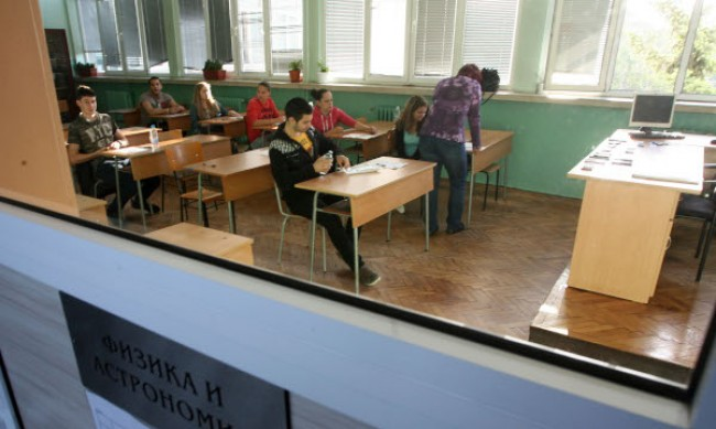 7 и 10 клас днес се явяват на НВО по математика