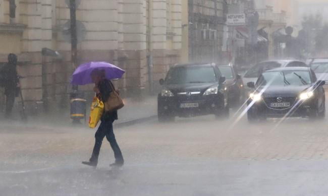 И днес валежи, жълт код в 10 области на Източна България