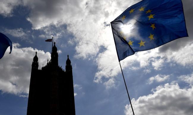"""Великобритания иска от ЕС отлагане във """"войната на наденичките"""""""
