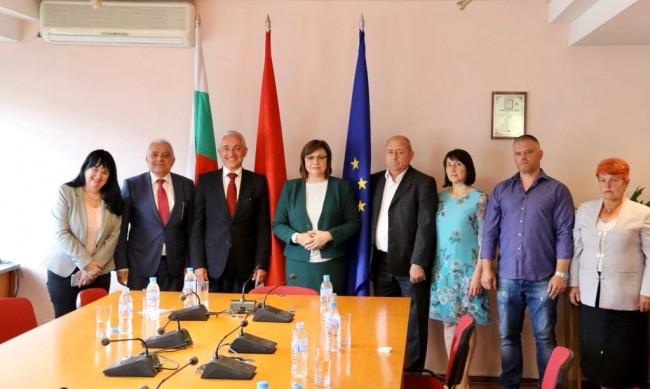 БСП със структура и в Молдова, Нинова връчи партийните книжки