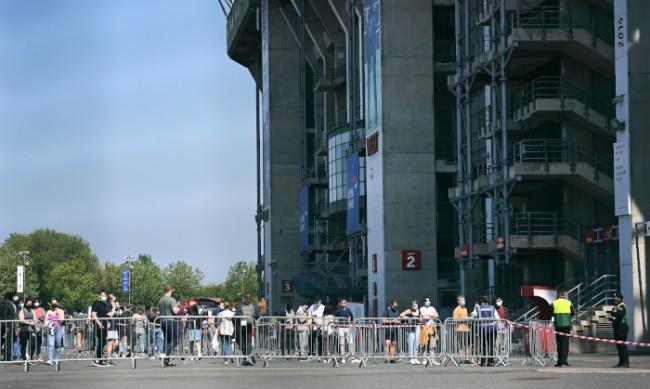 Опашки се извиват покрай футболни стадиони в Лондон, но за ваксини