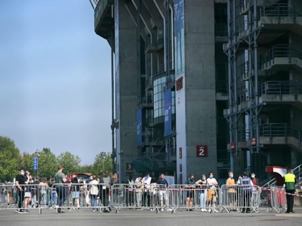 Дълги опашки се извиват покрай футболните стадиони в Лондон, съобщи
