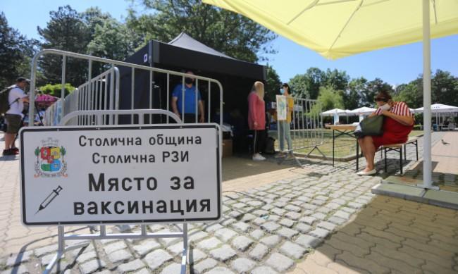 Осем мобилни пукнта за ваксинации ще работят в София и днес