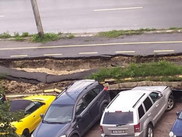 Велоалея във Варна се срути върху паркирани автомобили. Инцидентът е