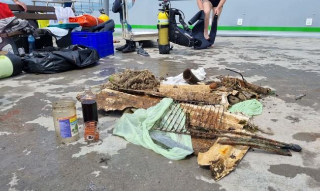 Водолази събраха килограми отпадъци от морето до Св. Анастасия