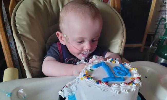Най-недоносеното бебе отпразнува първия си рожден ден