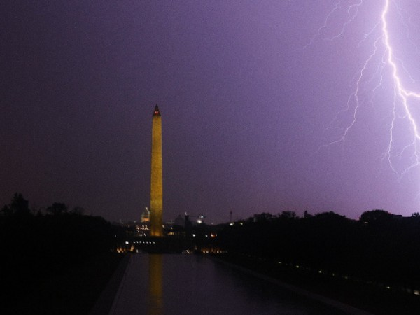 Гръмотевични бури снощи оставиха хиляди хора без електричество в района