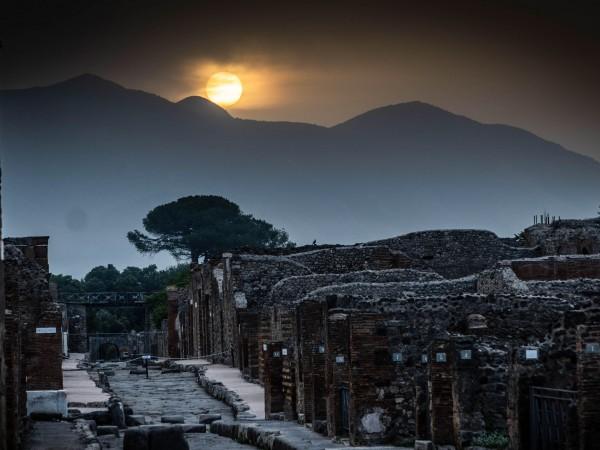 Слънцето изгрява над античния град Помпей в най-дългия ден от
