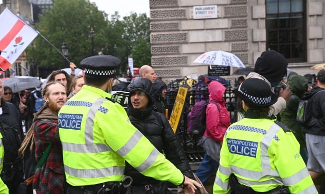 Ранени полицаи и арестувани недоволни на протест в Лондон