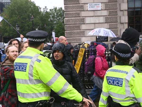 Антилокдаун протест в Лондон завърши с трима ранени полицаи и