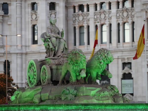 Прочутият фонтан Сибелес в Мадрид бе осветен в зелено по