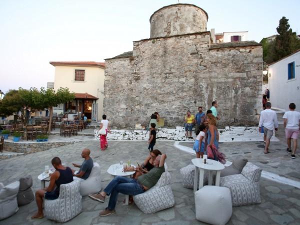 Гръцкото правителство подготвя отмяна на мярката за задължително носене на