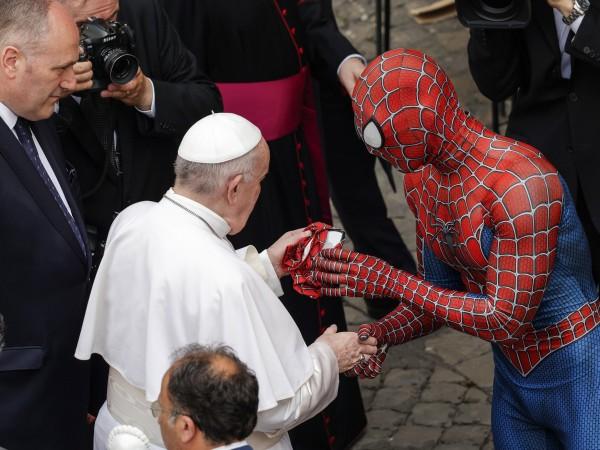Мъж, облечен като Спайдърмен, подарява подарък на папа Франциск по