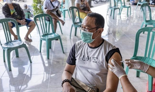 Едва 10% от населението на света е ваксинирано срещу COVID-19