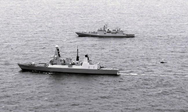 Още от отплаването: Руски военни следят HMS Defender в Черно море