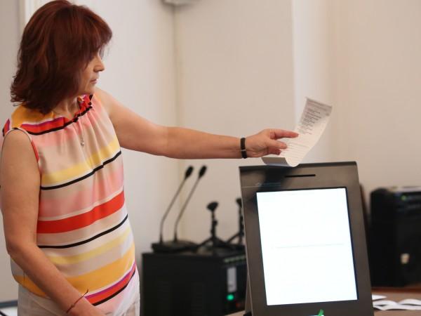 За изборите на 11 юли ще има 421 машини за
