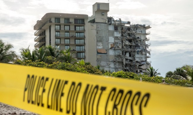 99 души са изчезнали при срутената сграда в Маями