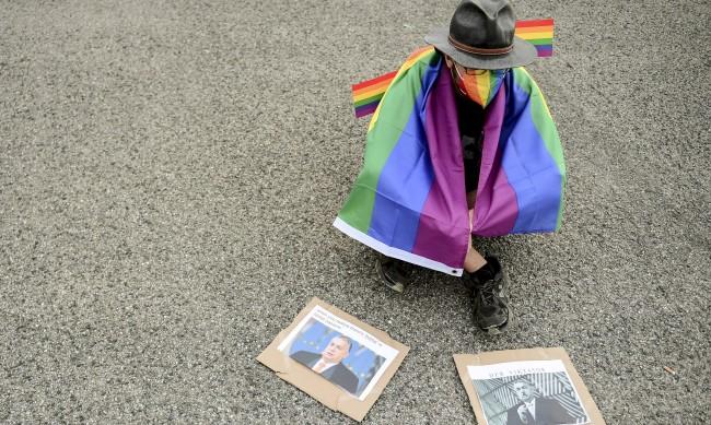 ЕС скочи на Унгария за закона за ЛГБТИ общността