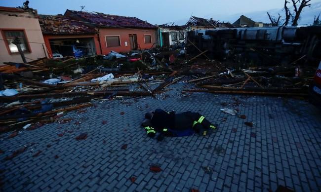 """""""Беше като апокалипсис"""": Торнадото в Чехия изравни село със земята, взе жертви"""