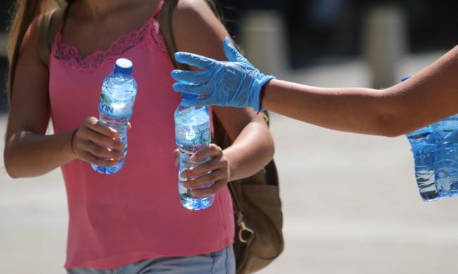 На три пункта в София се раздава вода заради жегите