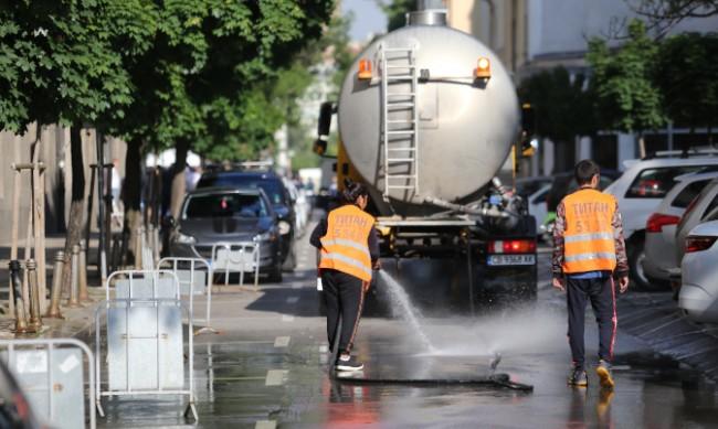 Цистерни мият улиците на София заради жегата