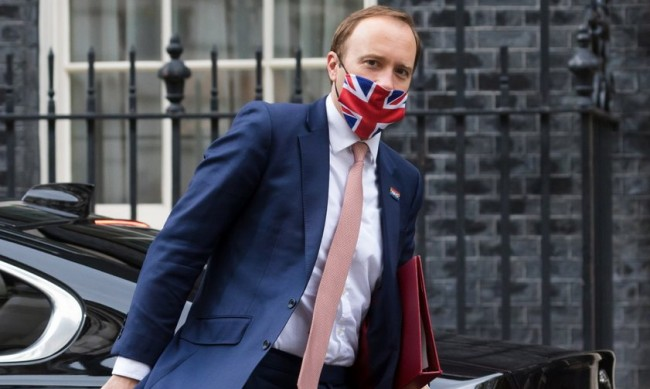 Целувка с подчинена може да коства поста на британския здравен министър