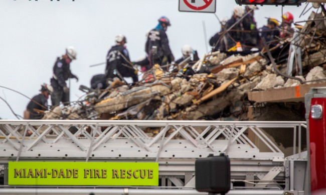 Спряха търсенето на оцелели под рухналата сграда в Маями