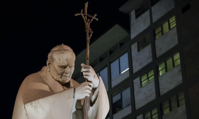 Папата е добре, след операцията за кратко вдигнал температура