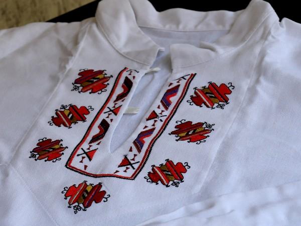 Бели тениски с избродирани върху тях шевици в цветовете на
