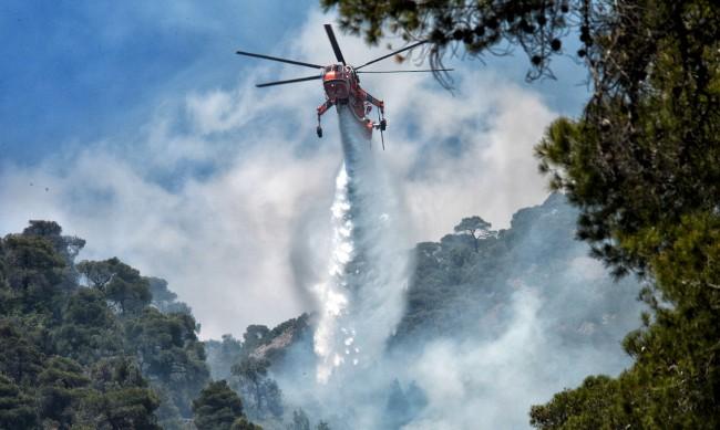 Голям пожар гори на гръцкия остров Самос, евакуират хората