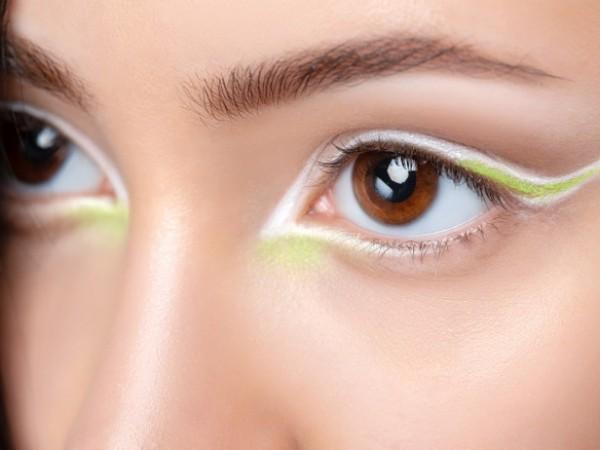 Нанасянето на очна линия е една от основните стъпки в