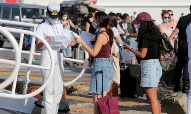 Туристи бягат от Миконос заради мерките